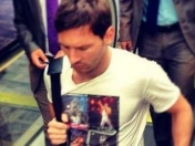 Messi llegó con una remera de Freddy Mercury.